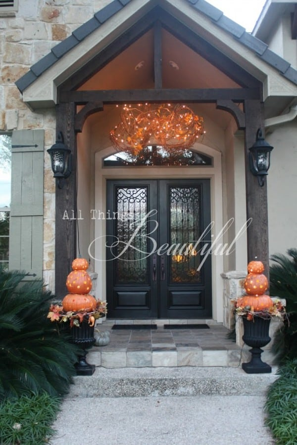 14 fall and halloween porch decor ideas embellishmints for Decoration exterieur halloween