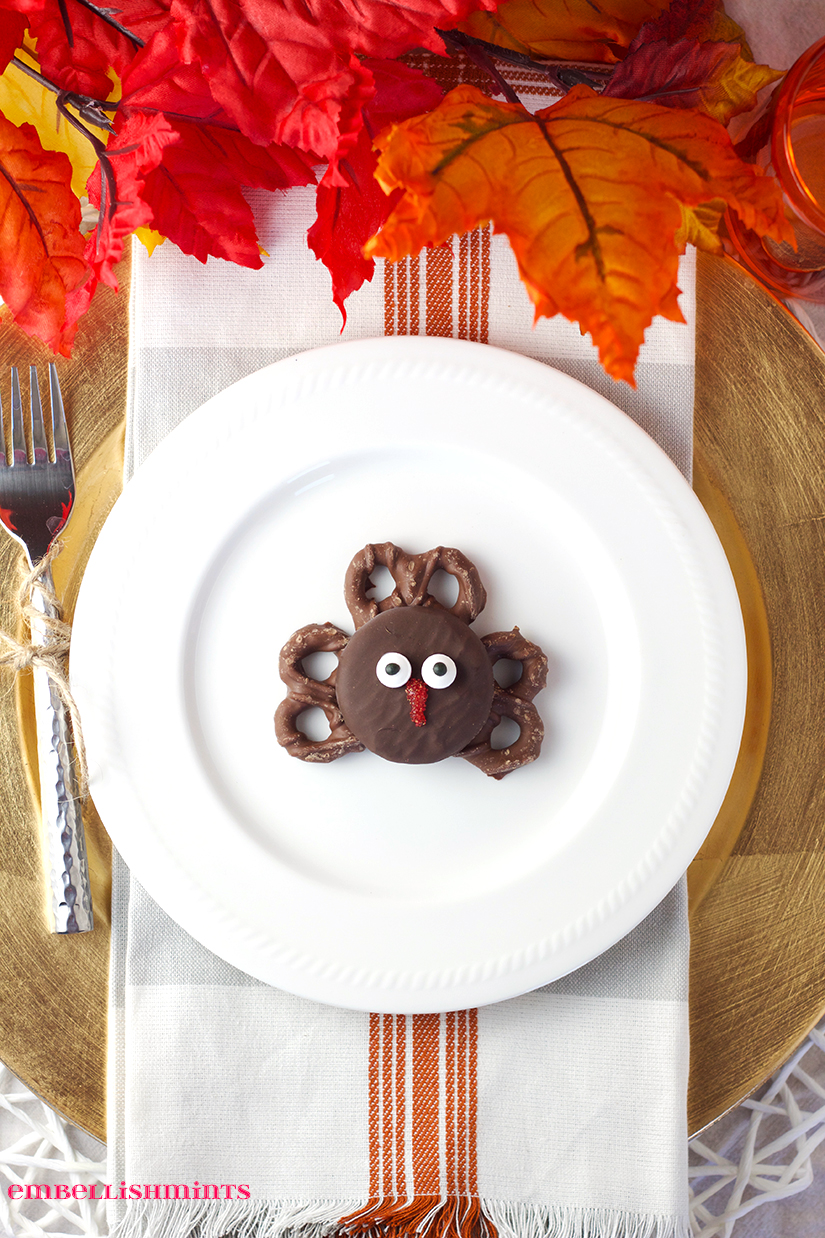 Thanksgiving Oreo Turkey Cookies. Easy cookies that make fun party favors for all your Thanksgiving dinner guests. Kids and adults will all love them. Perfect for your Thanksgiving Tablescape too! www.Embellishmints.com
