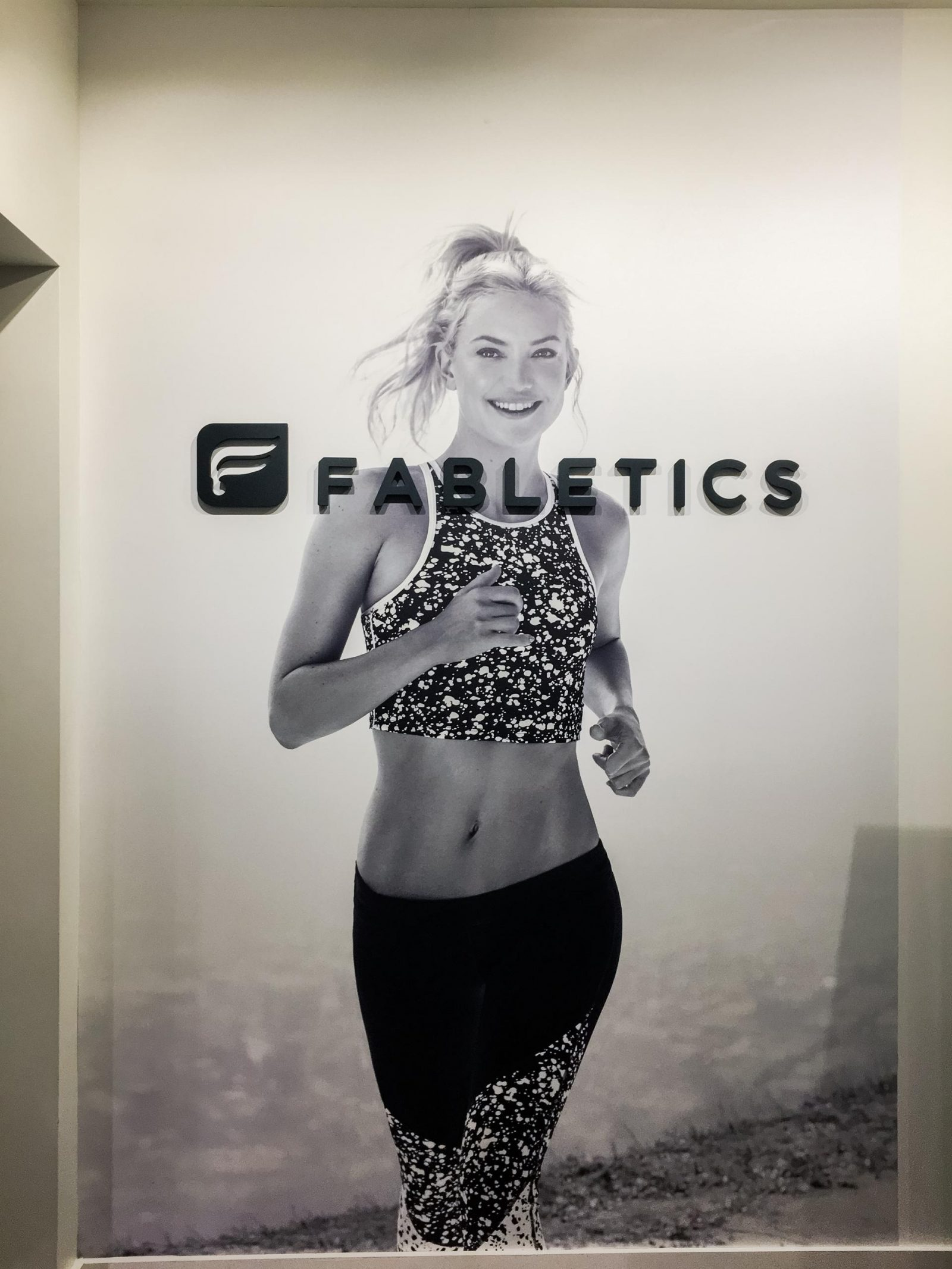 Kate Hudson is the ultimate body goals. Lean, Fit, and beautiful! Fabletics at Woodfield Mall in Schaumburg, Illinois! The Best Woodfield Mall Stores in Schaumburg Illinois. Woodfield Mall is one of the biggest malls in America, let me help you decide where to stop first!