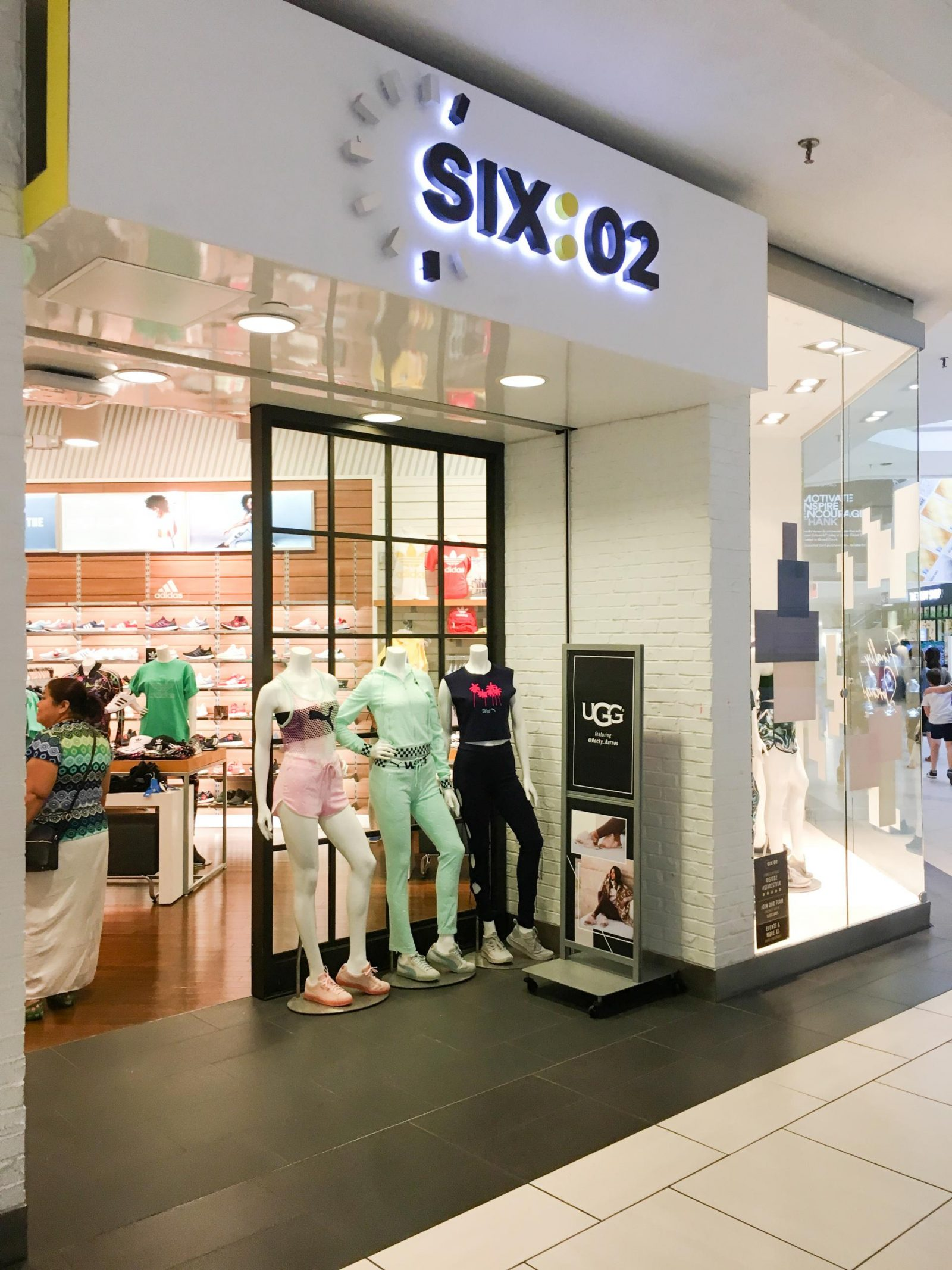 Six:02 at Woodfield Mall in Schaumburg, Illinois! The Best Woodfield Mall Stores in Schaumburg Illinois. Woodfield Mall is one of the biggest malls in America, let me help you decide where to stop first!